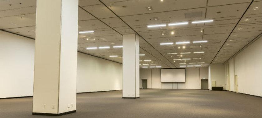 約900名収容、天井高5mと広い会場です