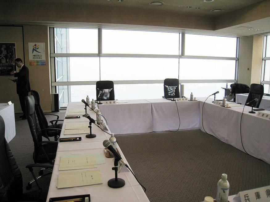 役員会 イメージ  こんな小さな会場で役員会等が行われる事もあります。会場の設営から役員会...