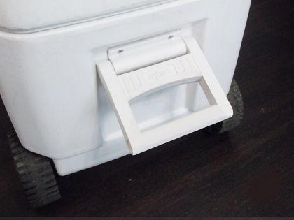 車輪付き保冷箱 車輪側にも取っ手がありますので、保冷庫全体を持ち上げる必要がある時にご利用ください!※水やジュースなど内容物が入っているとそのぶん重くなります。お気をつけください。