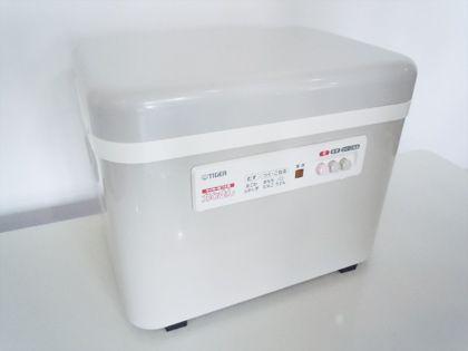 こちらは、自動で餅を作ってくれる電気餅つき機です。