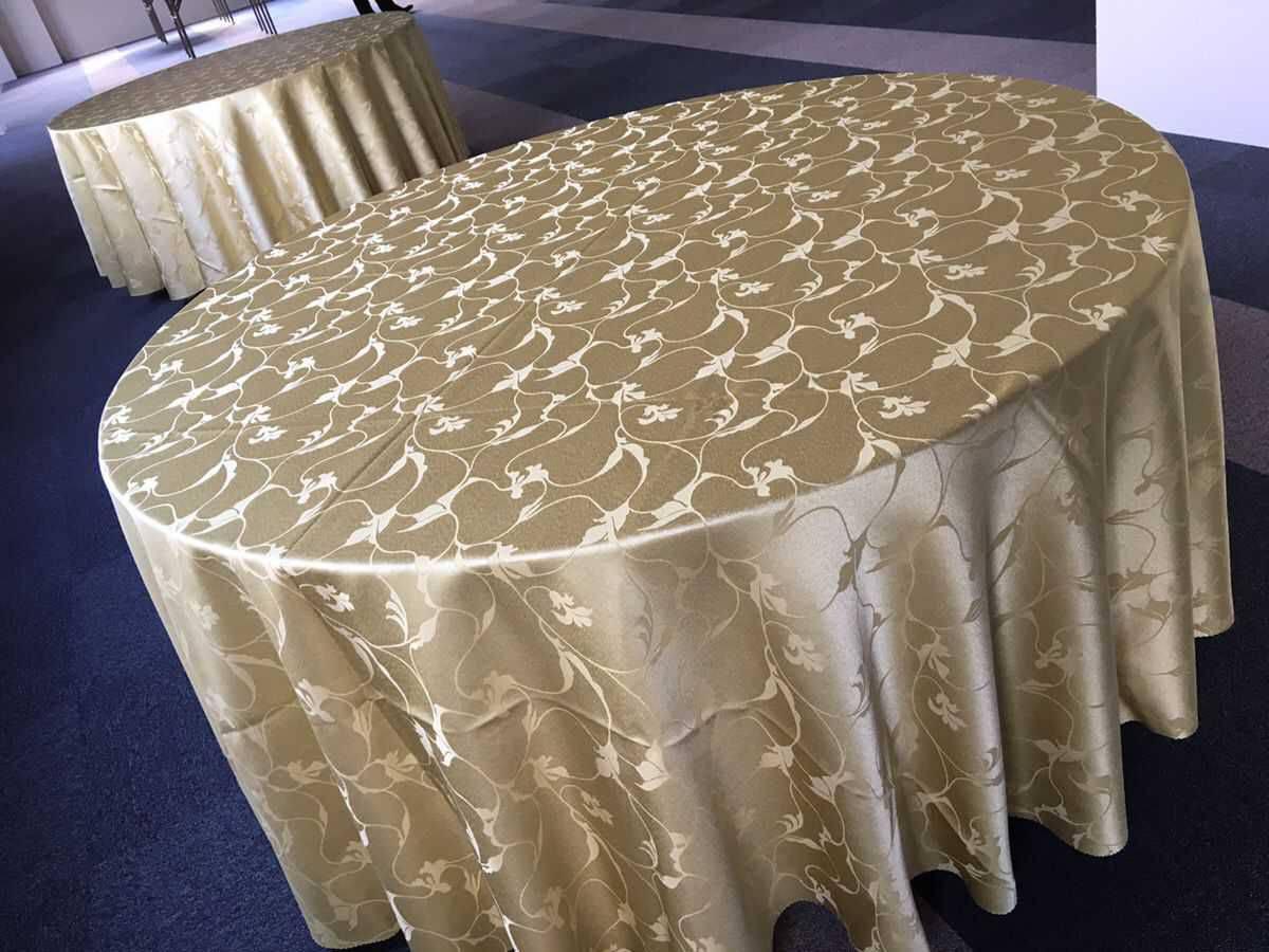 丸テーブル、テーブルクロス 設営風景1